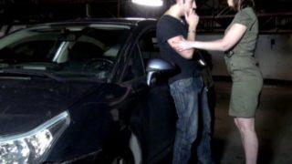 Femme à gros seins nue dans un parking